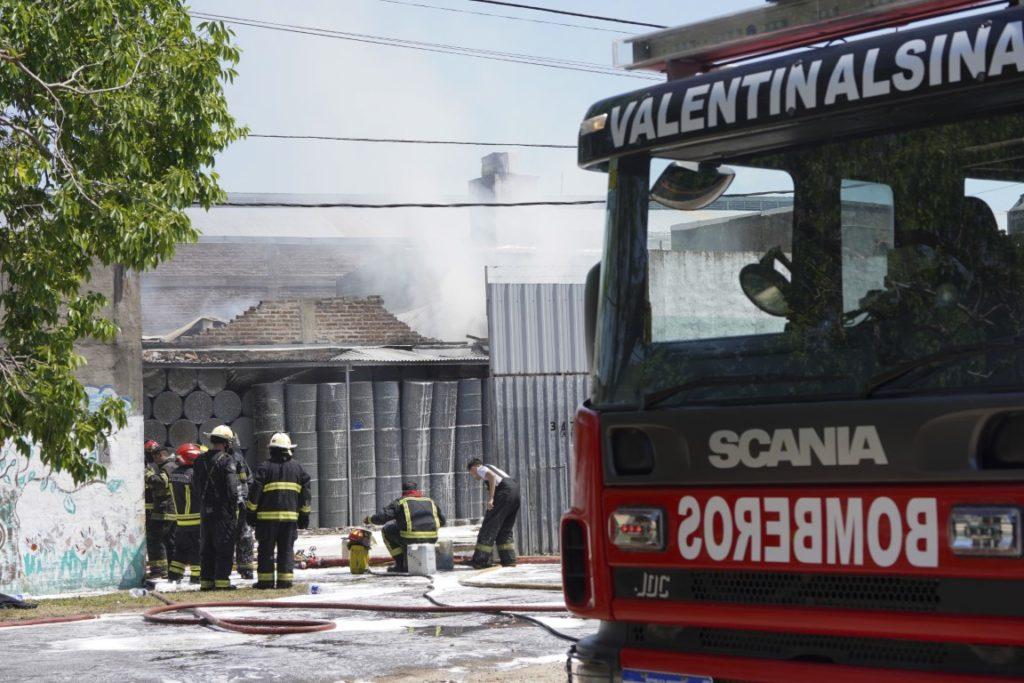 Ardió un depósito de solventes en Valentín Alsina y tuvieron que evacuar a vecinos