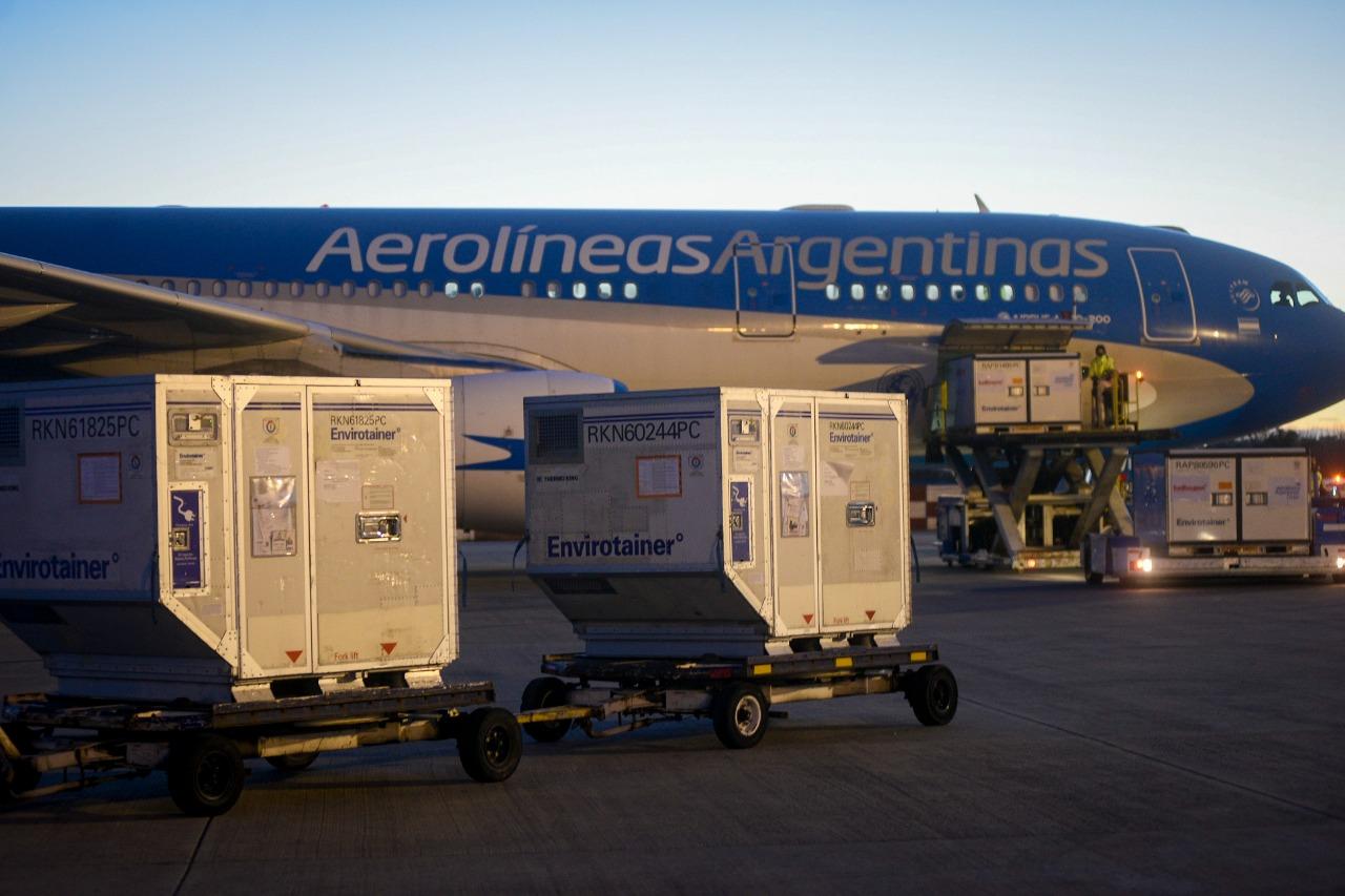 Llegó un cargamento con 900 mil dosis de AstraZeneca y Argentina supera las 82,5 millones de vacunas