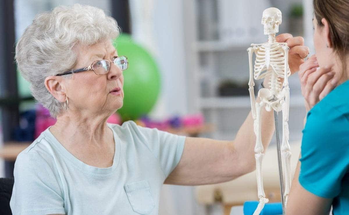 Osteoporosis: instan a consultar ante fracturas después de los 40